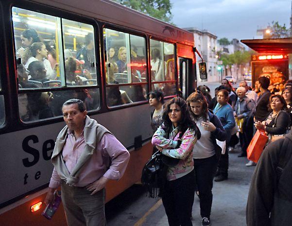 Gran hermano a bordo. La puesta en marcha de la licitación surgió como respuesta a los reiterados hechos de violencia en el interior de los coches. (Marcelo Bustamante / La Capital)