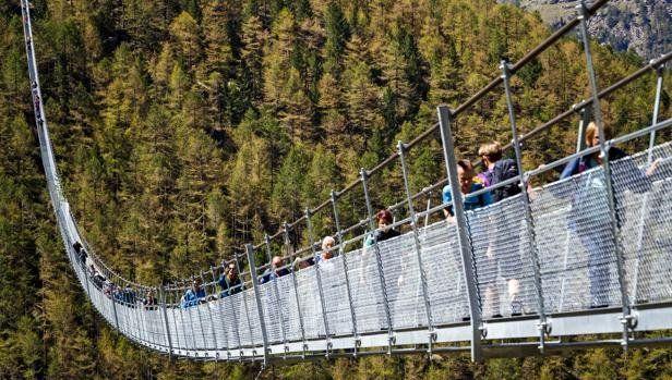 Inauguran el puente colgante más largo del mundo en las montañas de Suiza