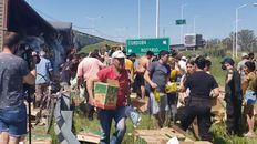 Circunvalación y ruta 34. La policía trata de disuadir a la gente para que no se lleve mercadería del camión siniestrado.