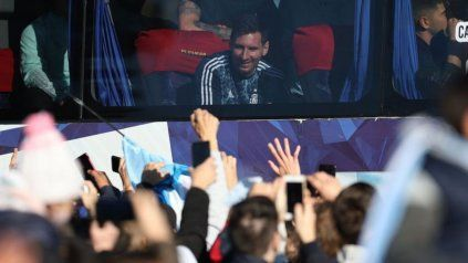 Messi recibió esta mañana el afecto de los hinchas que festejaron el título.