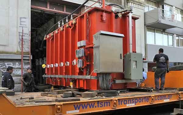 Ardua labor. La llegada del nuevo transformador demandó múltiples maniobras con equipos pesados.
