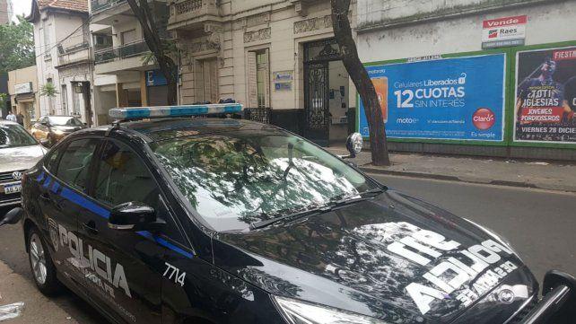 Un patrullero esta mañana frente a la sede del MPA tras la balacera de esta madrugada.