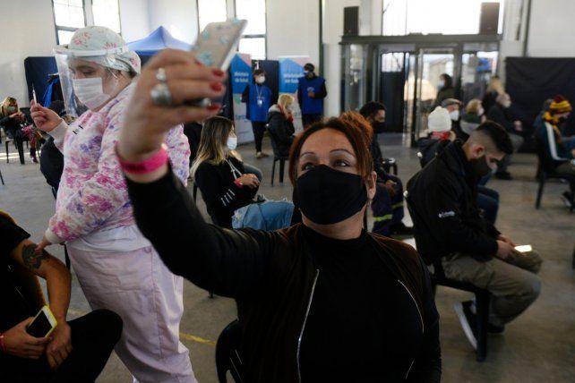 Vacunación a personas en la franja de 20 a 30 años en Rosario.