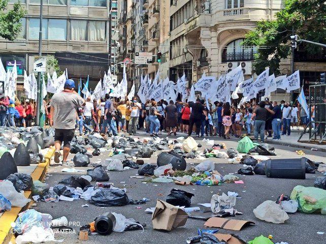 Manifestantes pidieron la libertad de Sala y lanzaron bolsas cargadas de residuos para repudiar a la Corte nacional.