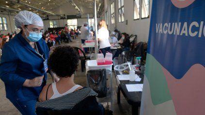PABELLÓN. Actividad de la campaña de vacunación en el ex predio de la Sociedad Rural de Rosario.