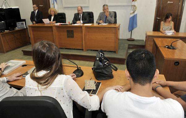 Momento. Elías Gómez (de espalda) escucha la lectura del fallo condenatorio.
