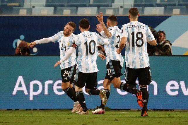 Argentina goleó a Bolivia y el sábado jugará con Ecuador por cuartos de final