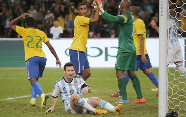 No lo hizo. Jefferson le contuvo el penal a Lionel Messi