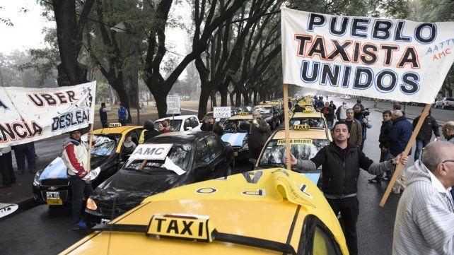 Los taxistas rosarinos se mantienen con la guardia en alto ante la amenaza de Uber