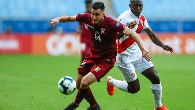 Luis del Pino Mago se la lleva en el partido entre Venezuela y Perú de la Copa América. Fue titular en 4 partidos.