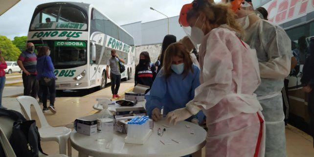 Las autoridades sanitarias sanfrancisqueñas montaron un operativo de testeo sobre las dársenas a las que arribaron los estudiantes. Ahora todos quedarán aislados durante 10 días para evitar rebrotes en la ciudad. (Foto gentileza: Radioestación)