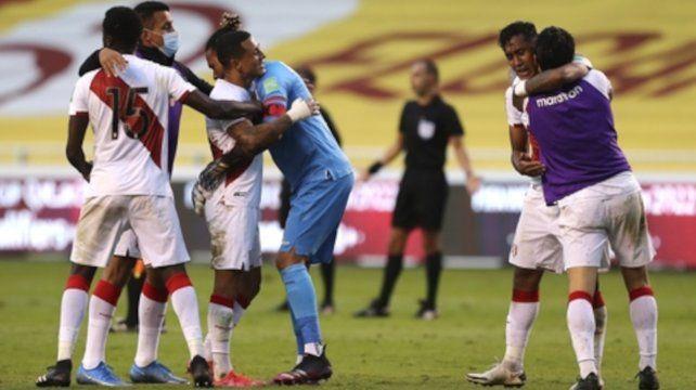 Todos los peruanos festejan el primer triunfo del equipo incaico.