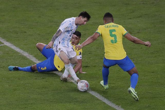 El rosarino Leo Messi buscará dejar una vez más en el piso a la defensa brasileña.