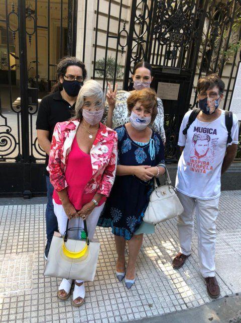Familiares de ex funcionarios detenidos se reunieron con la embajadora de Francia