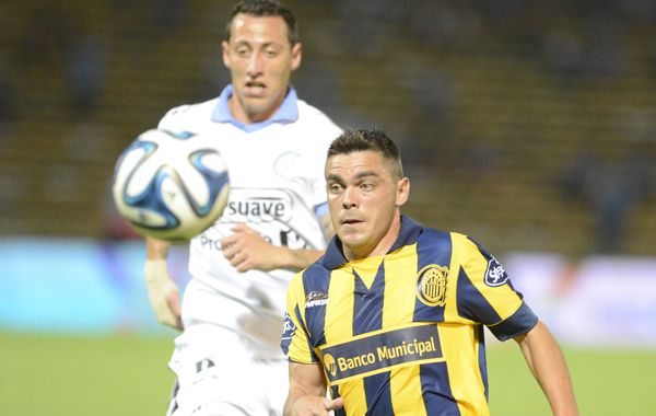 Tony Medina maniobra ante un defensor. El delantero volvió a la titularidad ante el Pirata. (Foto: Gustavo de los Ríos)