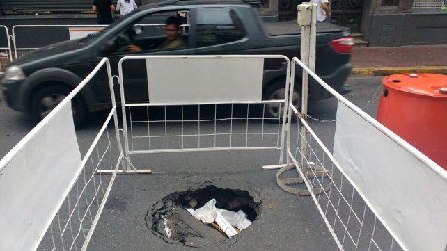 El agujero que apareció hoy en Corrientes al 900.