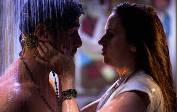 Julián y Gisela terminan juntos en la ducha de la casa de él.