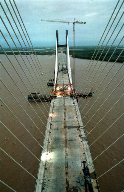 El 4 de febrero de 2002 la obra de la conexión Rosario-Victoria logra un objetivo emblemático: unir las dos partes del puente principal.