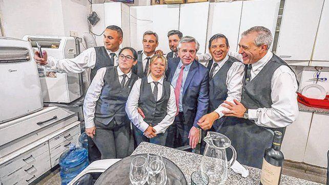 El regreso. Fernández junto a personal de la Casa Rosada