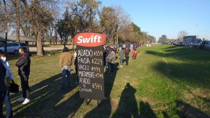 Interminables colas frente al frigorífico Swift para acceder a las ofertas del día.