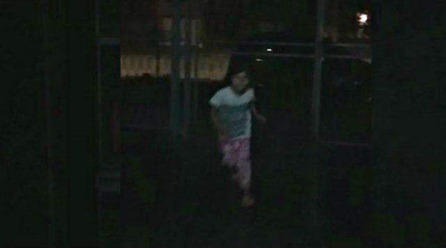 ¿Fantasma? Una niña vivió una situación difícil en el jardín de su casa en Tucumán.