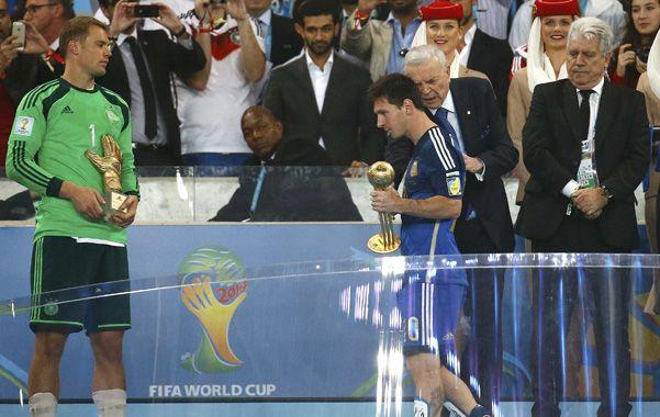 Cabizbajo. La Pulga ya recibió el Balón de Oro y no quiere ni mirar a Manuel Neuer
