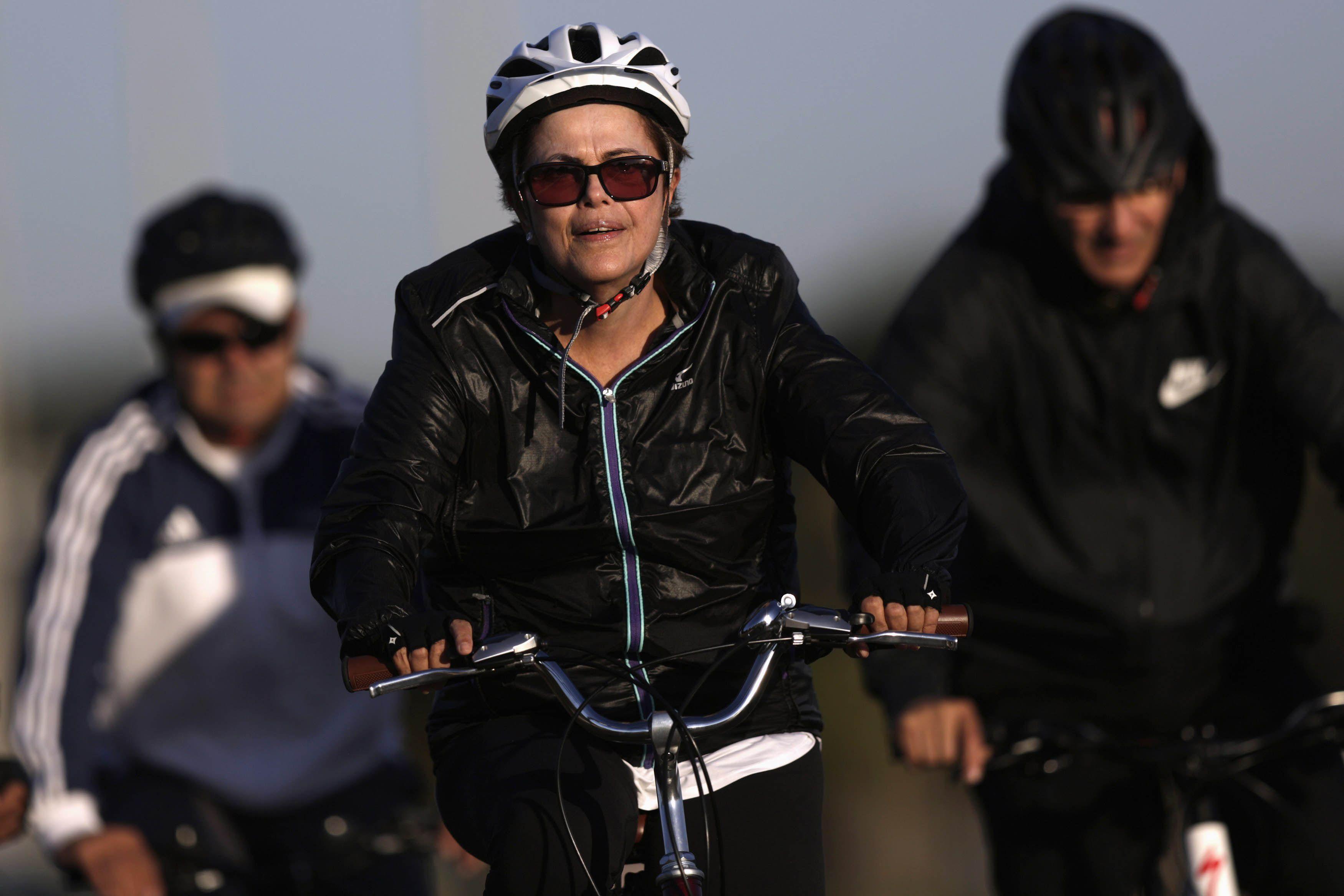 Pedalear el temporal. La recesión y los escándalos de corrupción dañaron la imagen de la presidenta de Brasil.