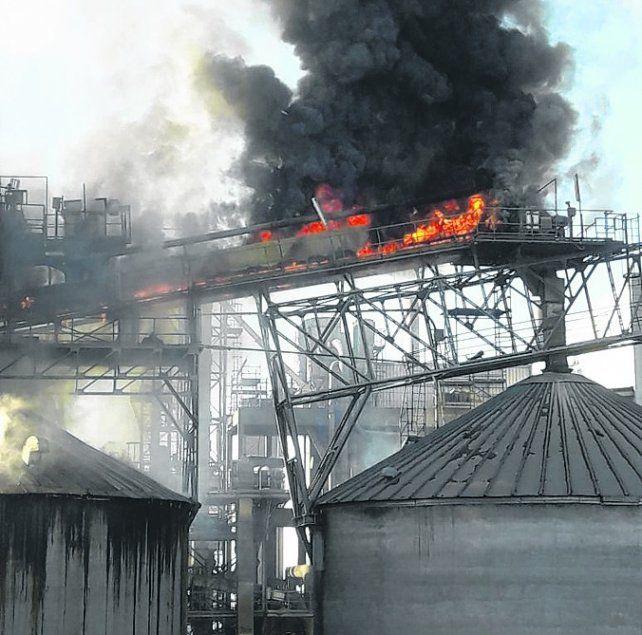 Susto. Las llamas afectaron sólo a un silo de la cerealera Cargill.