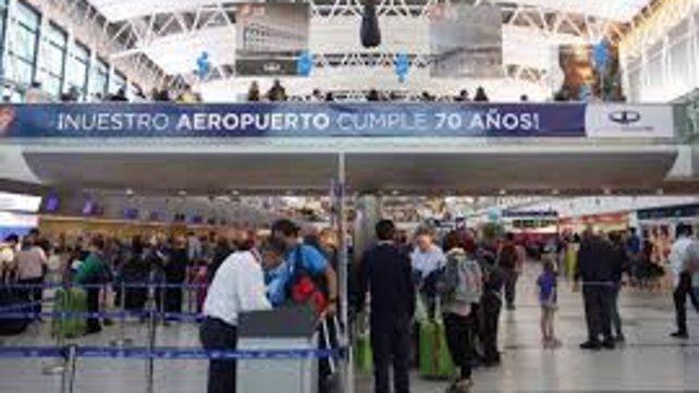 La salida de argentinos al exterior cayó 3,1% por la devaluación