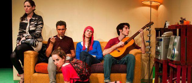 El elenco está encabezado por María Marull (de gorro rojo) y Juan Grandinetti (con la guitarra).