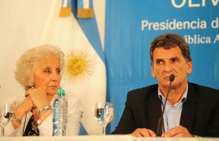 La titular de Abuelas y el secretario de Derechos Humanos en conferencia de prensa tras la reunión con Macri.
