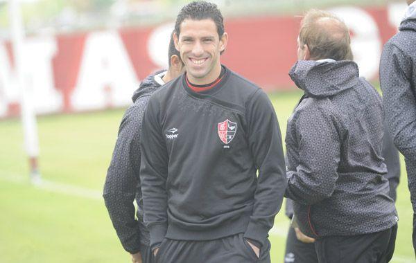 Maxi Rodríguez sonríe en la práctica de esta mañana. Newells está con el ánimo por las nubes. (Foto: Sebastián Suárez Meccia).