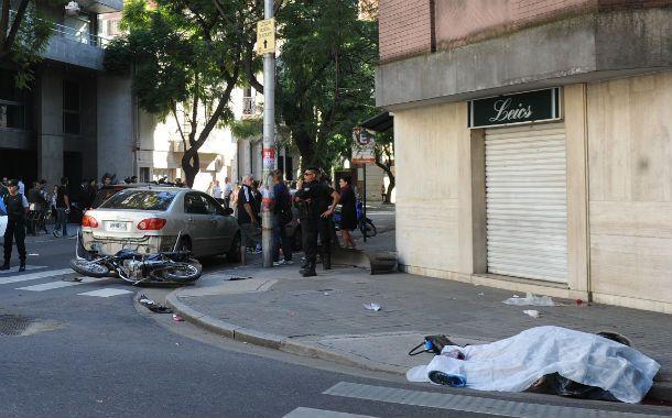 El cuerpo del joven yace tapado en el suelo (derecha). Dio contra el auto perdió la vida en el acto. (Foto: N. Juncos)