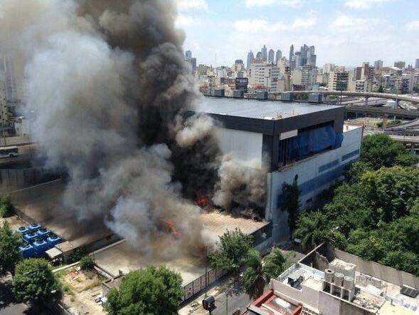 Una densa columna de humo pudo verse desde diversos puntos de la ciudad de Buenos Aires.