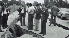 Una foto histórica de cómo quedaron los caminos en San Juan, tras el terremoto de 1977.