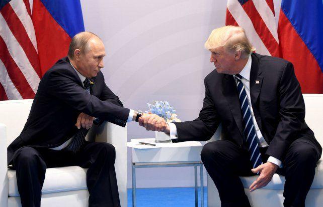 Apretón de manos. Putin y Trump tuvieron su primer encuentro como presidentes en el marco del G-20.