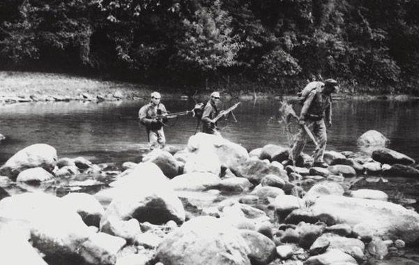 Documento inédito. Tres guerrilleros cruzan un río en la selva boliviana. Las fotos fueron secretas desde 1967.