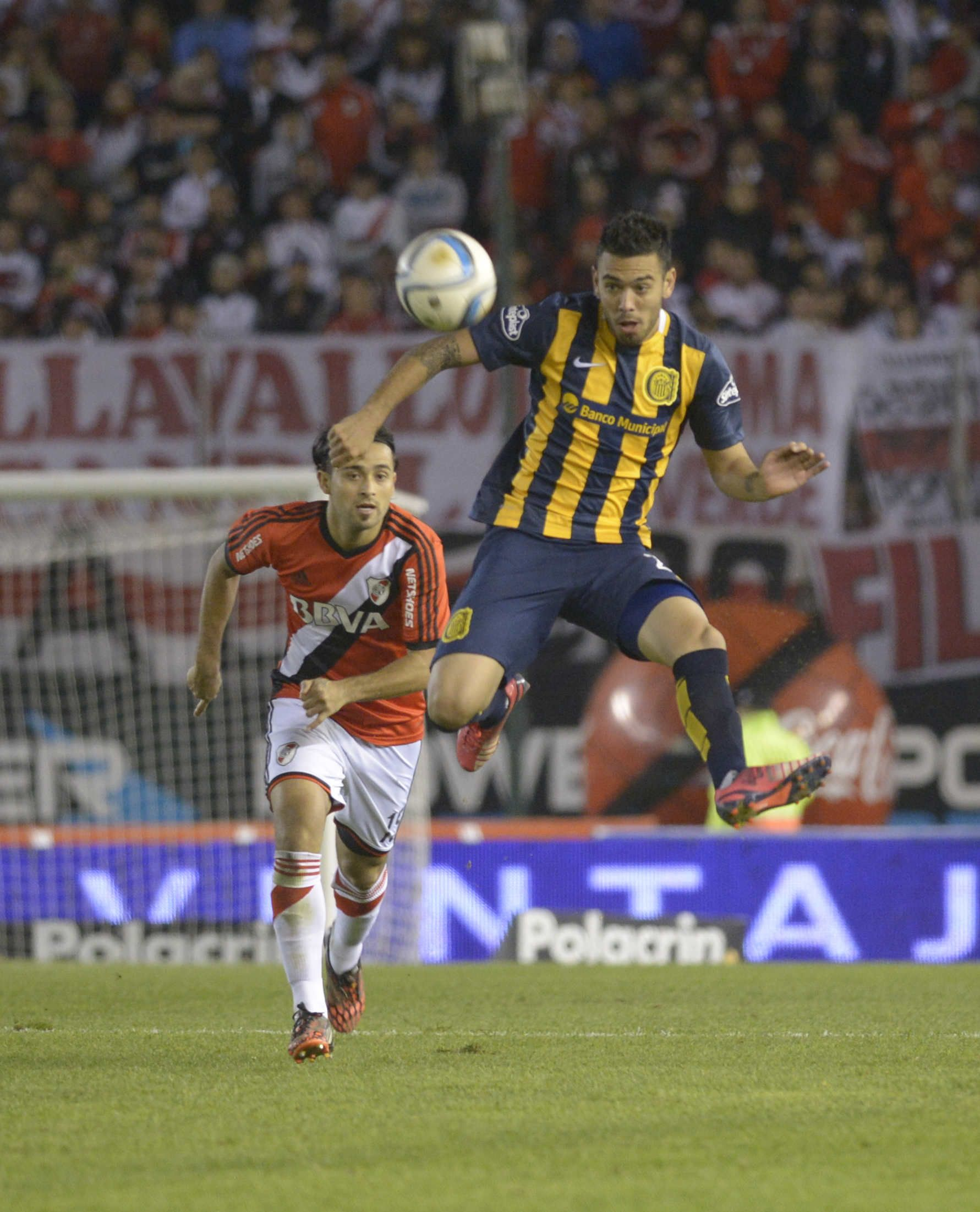 Acción. Nery Domínguez gana la posición ante Pisculichi. Tras la caída