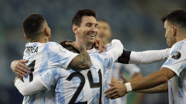 Alejandro Gomez celebra con Lio, Correa y  Marcos Acuna la apertura del marcador a los 6 minutos de juego. AP Photo/Bruna Prado.