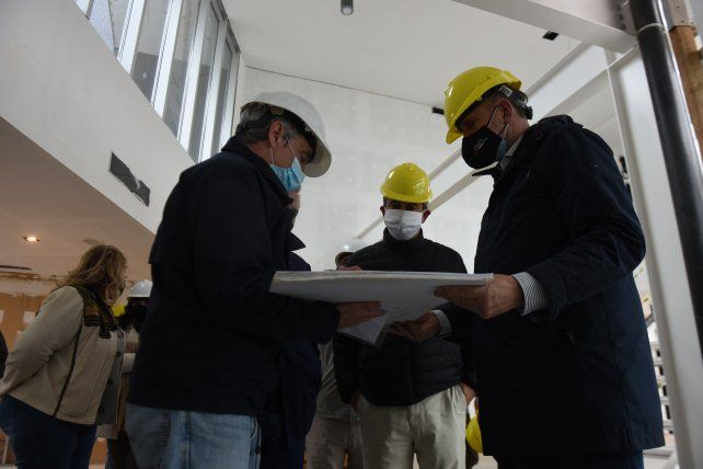 El gobernador Omar Perotti y el intendente Pablo Javkin observan los planos y analizan el avance de obra de la estación policial que se está construyendo en Uriburu y Grandoli.