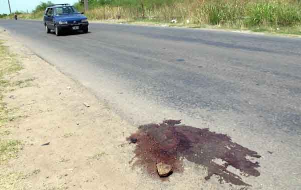 El cuerpo de Eugenio Daniel Díaz se desangró donde el pavimento de la avenida eja lugar a la banquina de tierra.