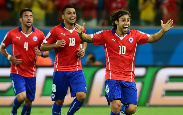 Pura sonrisa. Valdivia festeja el segundo gol chileno. Jara e Isla lo buscan desde atrás.