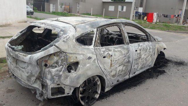 Los asaltantes llegaron al playó en un Ford Focus gris que luego abandonaron incendiado