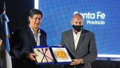 Para los actos. El gobernador Perotti entregó las banderas de ceremonia al intendente Santacroce.