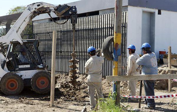La fosa. Los operarios trabajaban ayer en el pozo donde se empotrarán los pilotes.