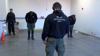 Boleadoras para atrapar a sospechosos en fuga sin disparar, entre las armas que se analizan.