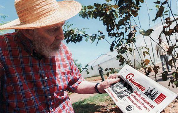 Fidel exhibe un ejemplar del diario estatal Granma