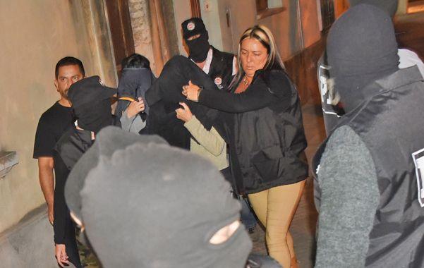 Las dos mujeres ingresan anoche a la sede de la PDI. (Foto: Marcelo Bustamante).