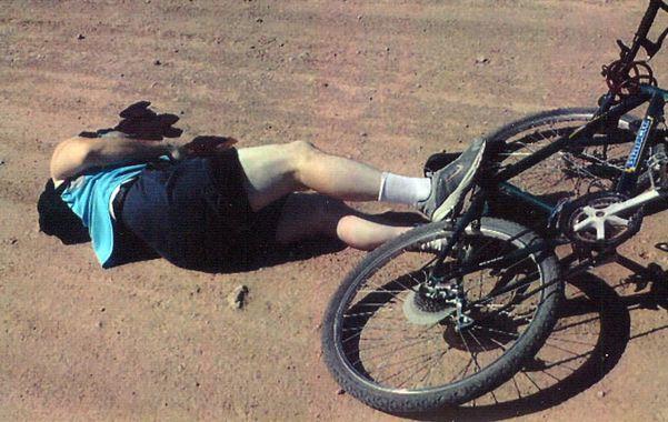 Trágico. El cuerpo del comisario Sergio Núñez quedó tendido junto a su bicicleta en un camino de tierra.