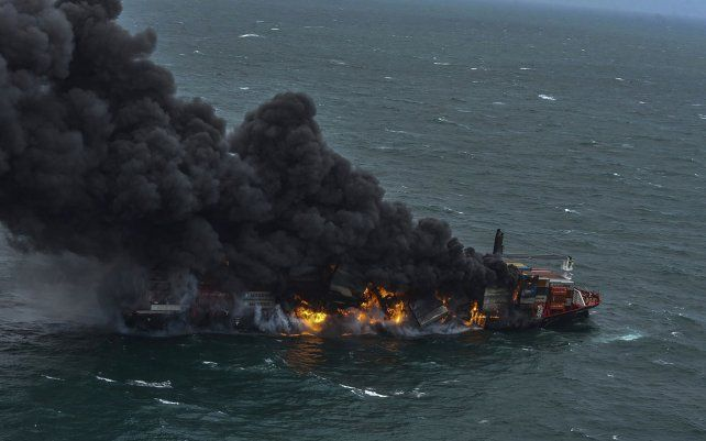 El buque portacontenedores MV X-Press Pearl envuelto en llamas frente al puerto de Colombo